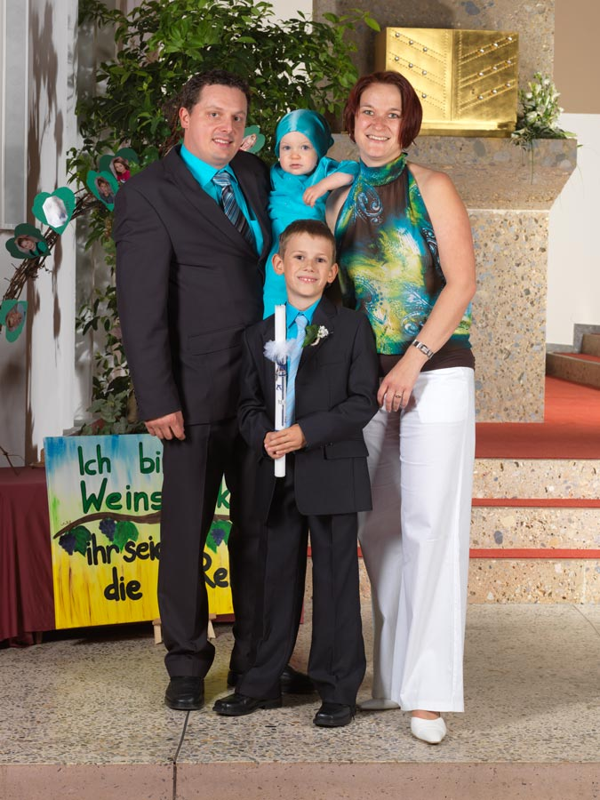 Familienfoto bei der Erstkommunion
