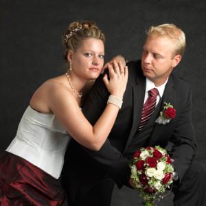Porträtfoto vom Brautpaar im Studio aufgenommen